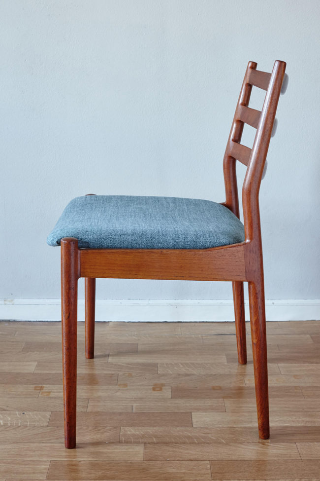 Profile view of a Arne Vodder Cado dining chair 191
