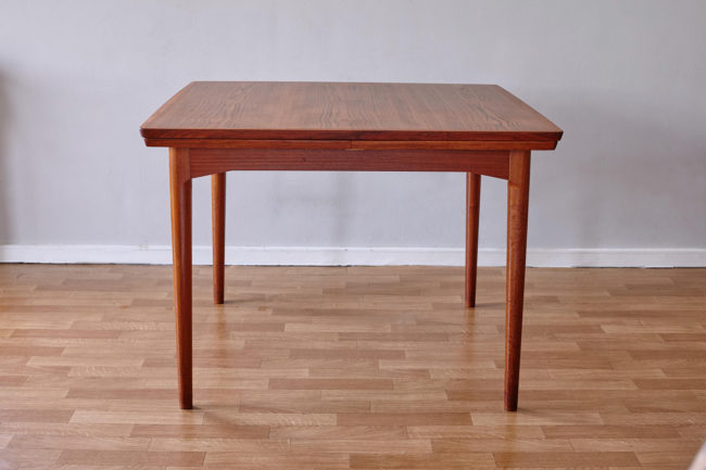 Front view of Arne Vodder Cado dining table 592