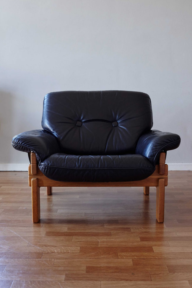 Front view of Brazilian armchair in wood and black leather