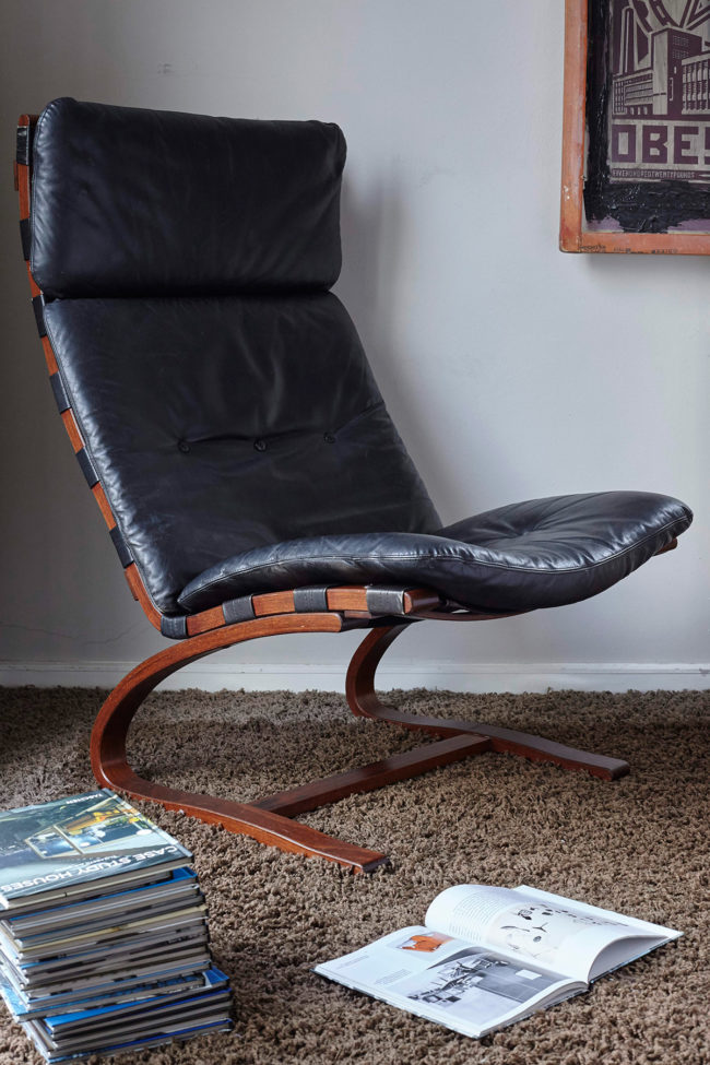 Swedish design black leather lounger by Knudsen in a room