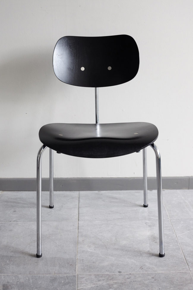 Front view of a Egon Eiermann Wilde Spieth SE68 chair