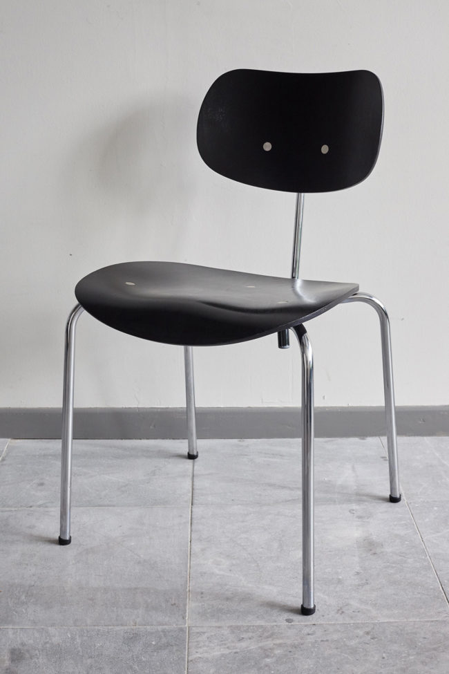 Front view of a Egon Eiermann Wilde Spieth SE68 chair at an angle