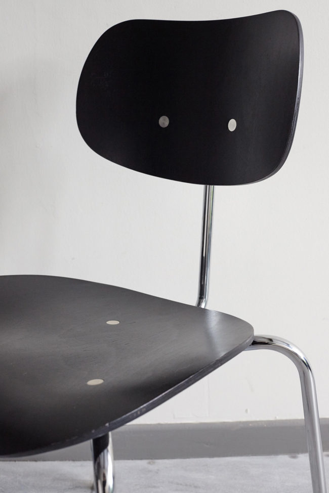 Close up of front view of a Egon Eiermann Wilde Spieth SE68 chair at an angle