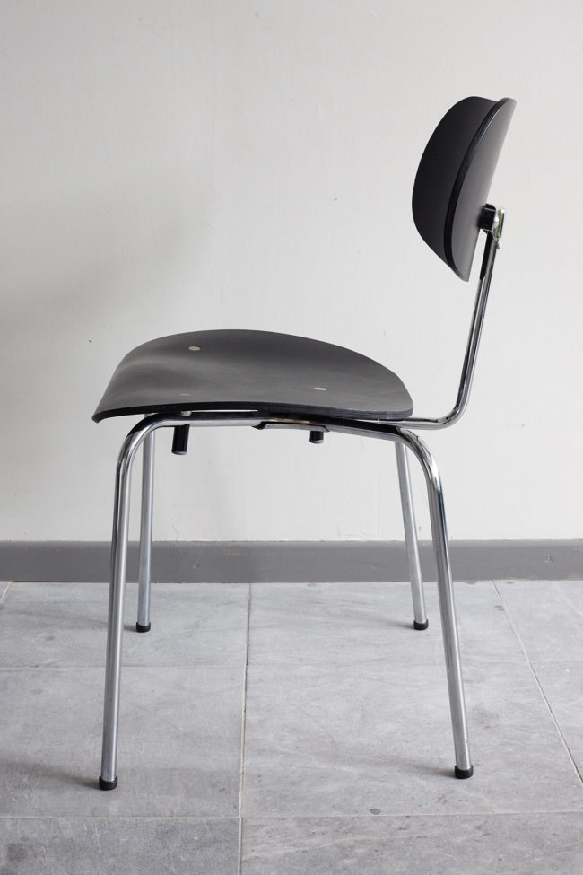 Profile view of a Egon Eiermann Wilde Spieth SE68 chair
