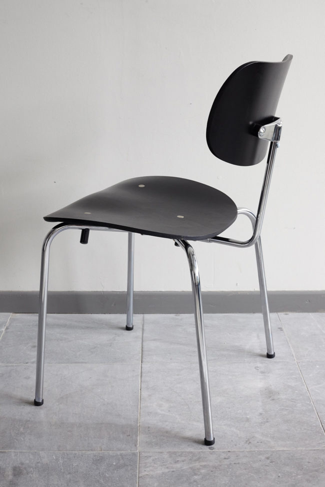 Angled profile view of a Egon Eiermann Wilde Spieth SE68 chair