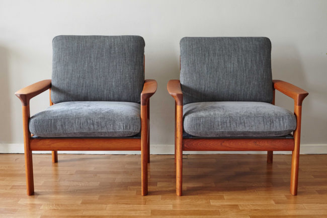 2 Komfort chairs side by side