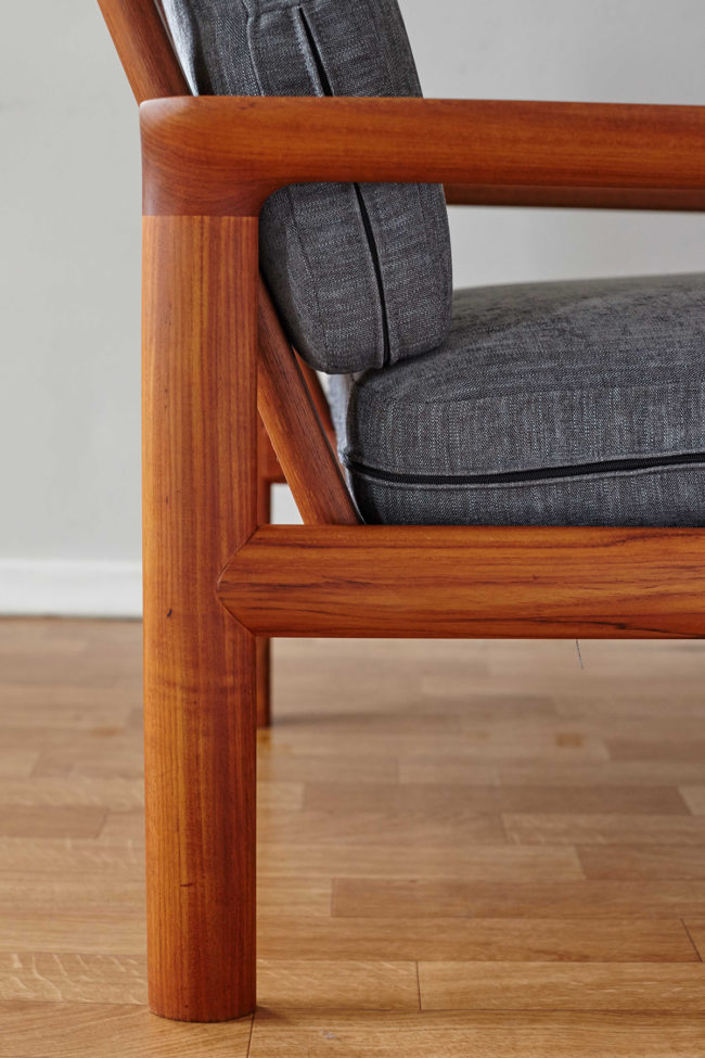 Details of the side of the Komfort chair