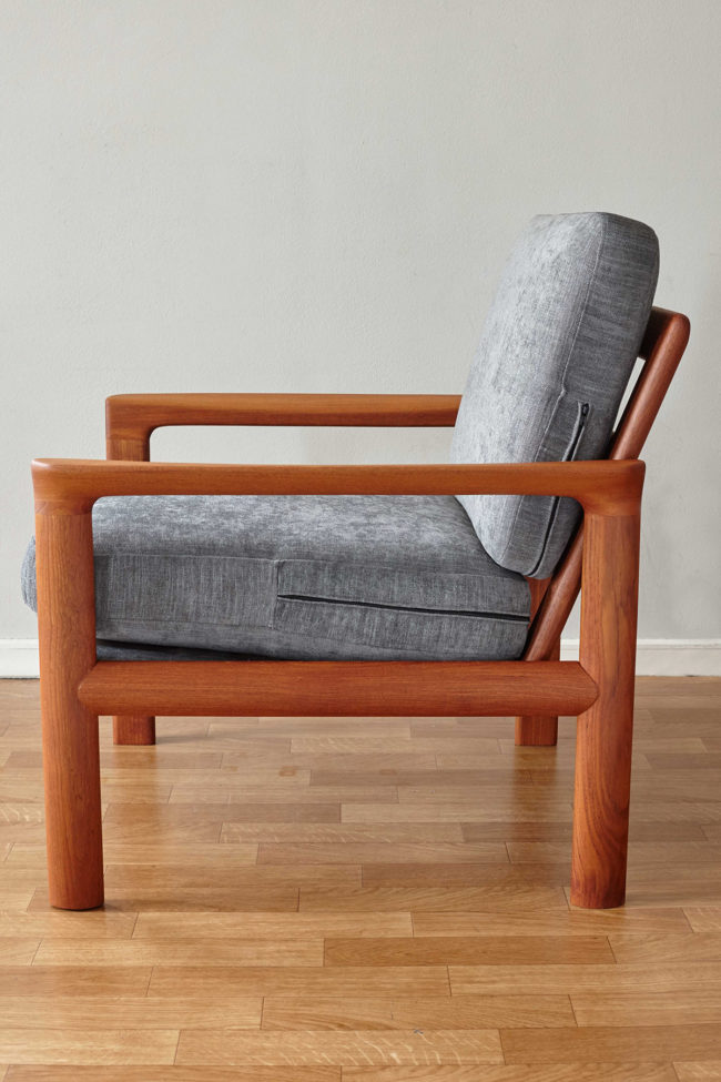 Profile view of Komfort chair