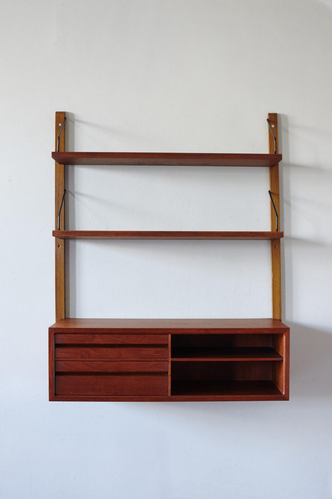 Front view of Poul Cadovius Royal shelf
